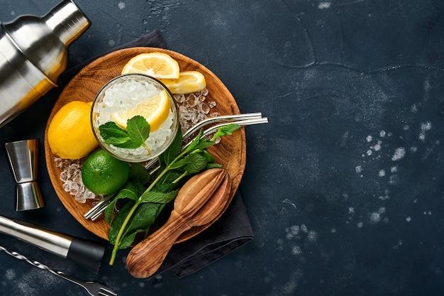 Mojito ou coquetel de limonada em copo alto com cubos de gelo de hortelã.