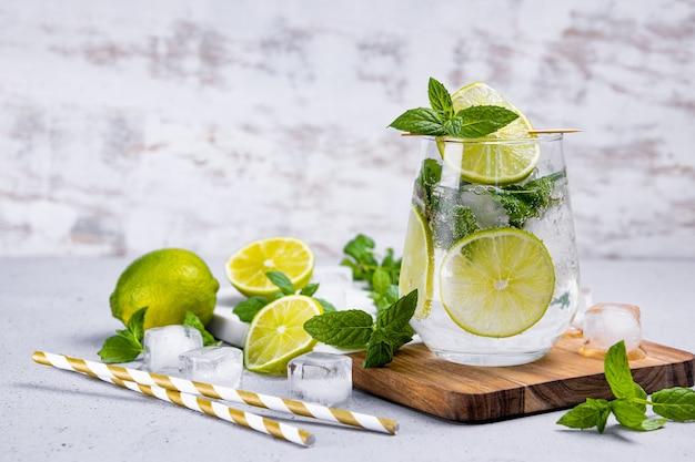 Mojito refrescante com limão, hortelã e gelo em um copo. coquetel de verão frio.
