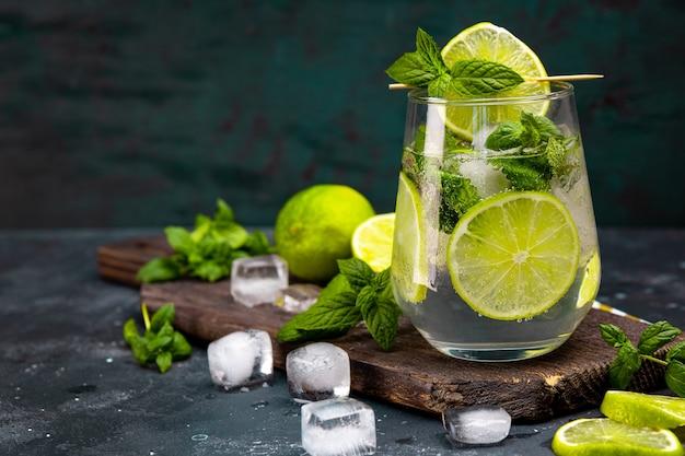Mojito refrescante com limão, hortelã e gelo em um copo