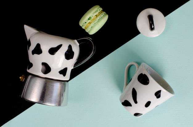 Moka cafeteira. cafeteira italiana com um copo e macaroon na casa da moeda e preto