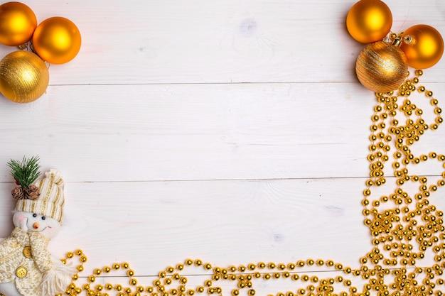Mokcup de ano novo e natal. luzes de natal em fundo branco de madeira, espaço para seu texto, estilo flat leigo.