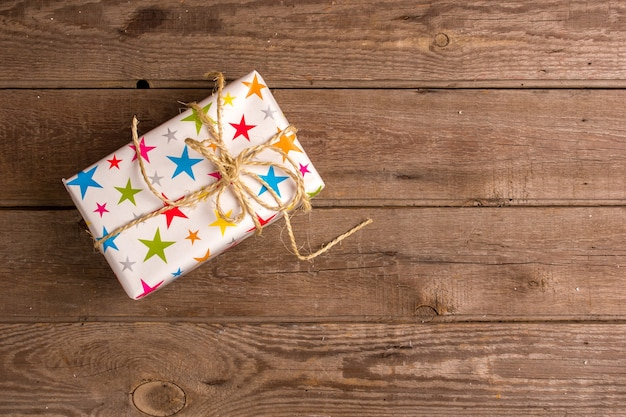 Mokcup de ano novo e natal. luzes de natal em fundo de madeira, espaço para seu texto, copyspace. de cima. conceito de planejamento de férias de inverno. estilo liso leigo.