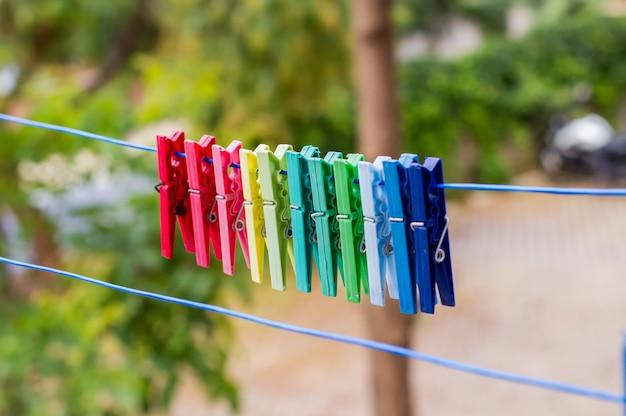 Molas para roupas penduradas no varal