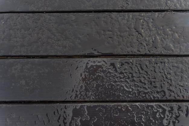 Molde abstrato da placa de madeira das gotas de chuva. textura de madeira molhada
