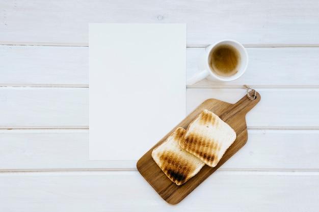 Molde, caneca de café e torradas