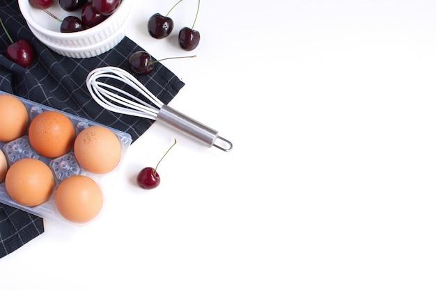 Molde de cozimento e guardanapo xadrez preto cerejas maduras