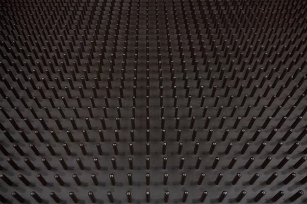 Molde de metal com pinos formando a superfície de um fundo de colchão de látex
