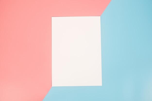 Molde do papel vazio no papel de duas cores com azul e rosa do fundo.