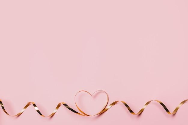 Molde o coração com uma fita dourada