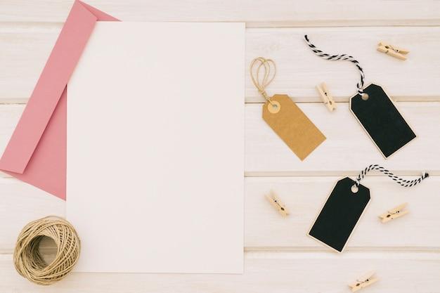 Molde, ornamentos de casamento e envelope rosa