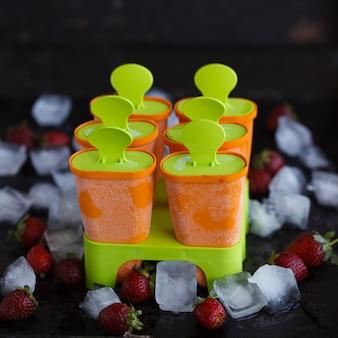 Moldes para sorvete de plástico em uma vara