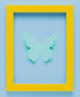Moldura amarela com recorte de borboleta 3d pontilhada de polca