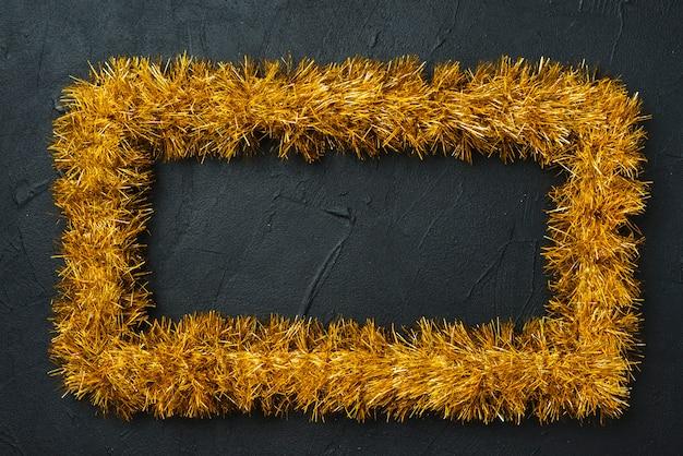 Moldura amarela de enfeites na mesa preta