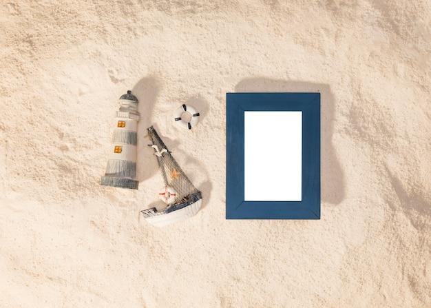 Moldura azul e brinquedos na praia