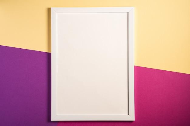Moldura branca com modelo vazio, creme, roxo e rosa de fundo colorido, cartão de maquete