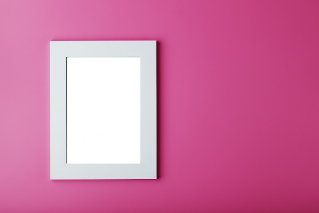 Moldura branca com um espaço vazio em um fundo rosa.