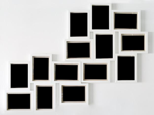 Moldura branca e preto decorativo pendurado na parede branca