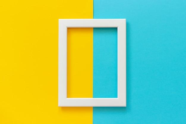 Moldura branca em fundo amarelo e azul