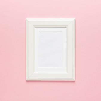 Moldura branca em rosa