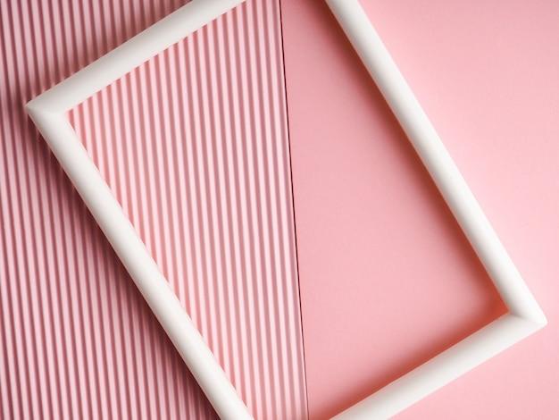 Moldura branca em um fundo rosa