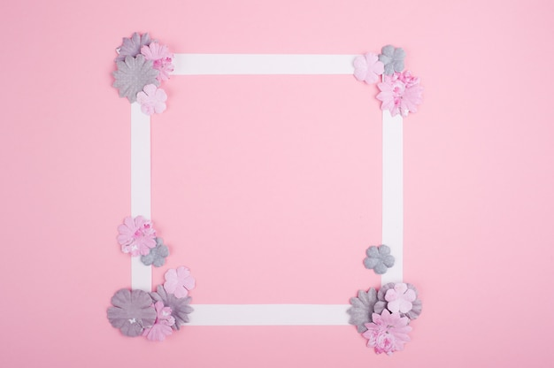 Moldura branca vazia e flores de papel diy