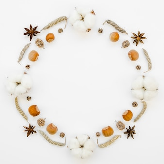 Moldura circular de vista superior com bolotas e flores de algodão