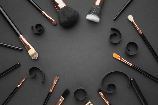 Moldura circular de vista superior com pincéis de maquiagem