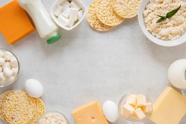 Moldura circular de vista superior com produtos lácteos