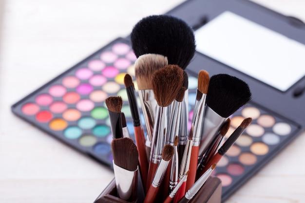 Moldura colorida com vários produtos de maquiagem