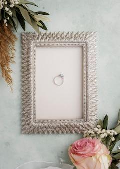 Moldura com anel de noivado