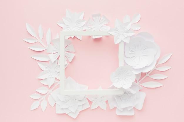 Moldura com flores de papel branco