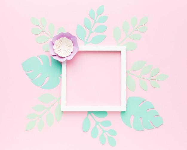 Moldura com ornamento de folhas de papel