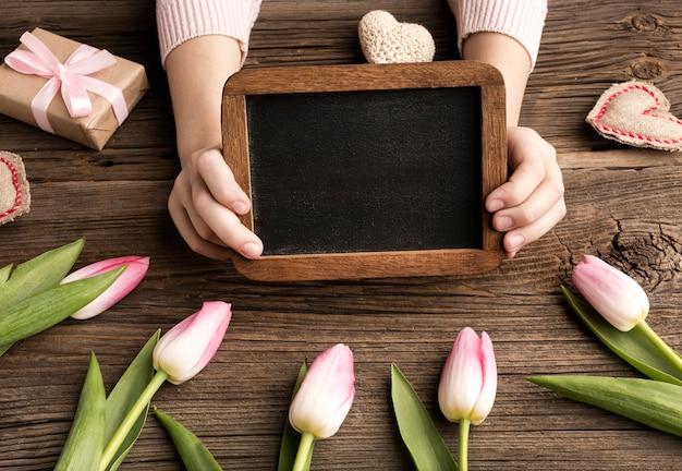 Moldura com presente e tulipas