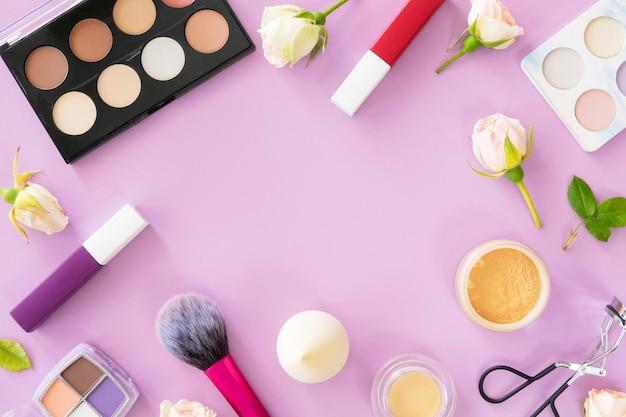 Moldura com produtos de maquiagem