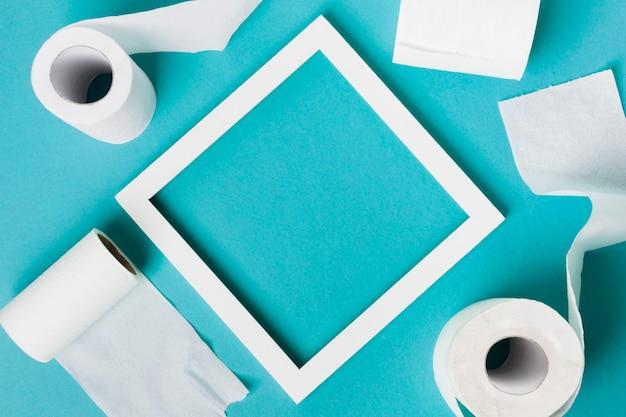Moldura com rolos de papel higiênico