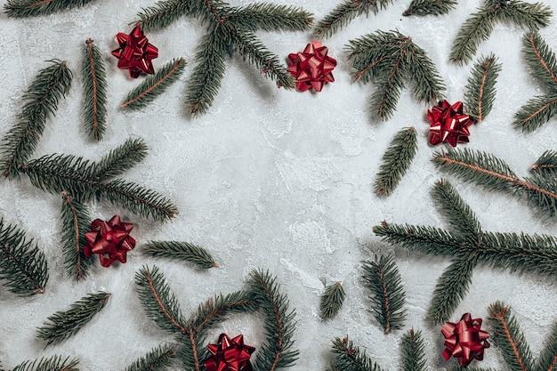 Moldura criativa feita de ramos de pinheiro natalino