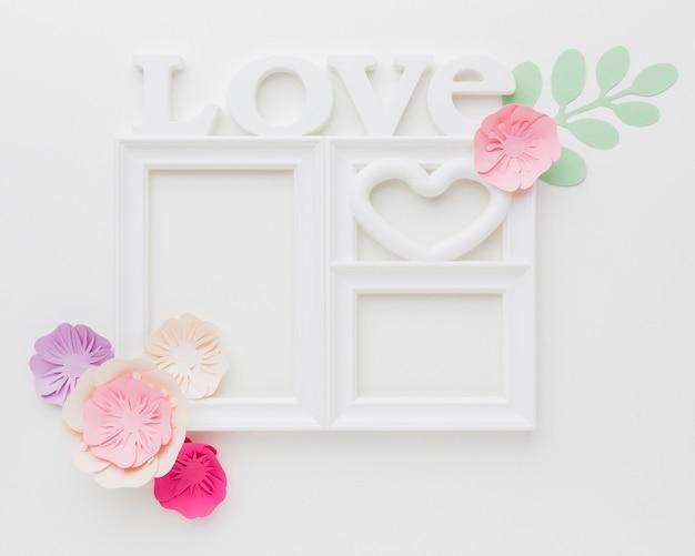 Moldura de amor com ornamento de papel floral