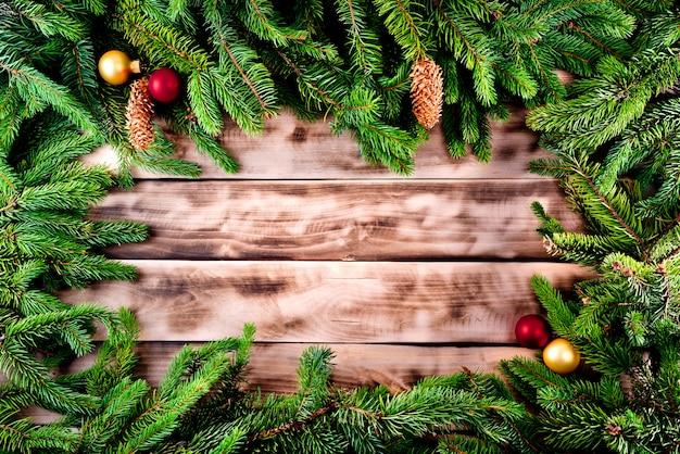 Moldura de árvore de abeto de natal em madeira natural