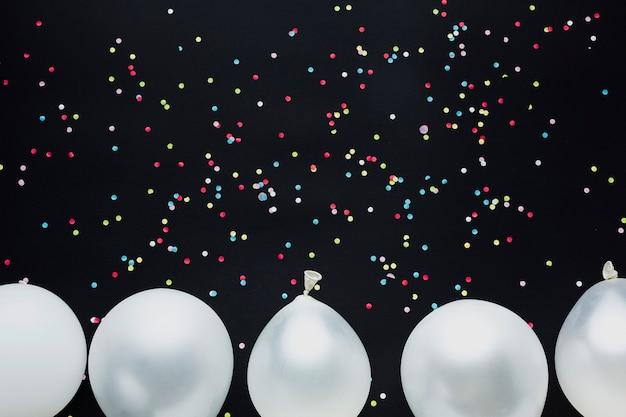 Moldura de balões de vista superior com confete