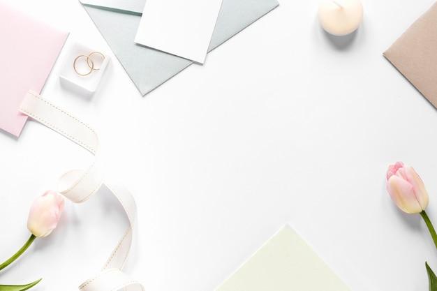 Moldura de cartão de casamento na mesa