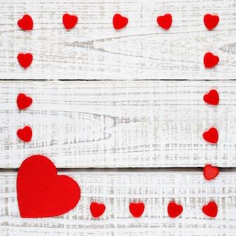 Moldura de corações vermelhos em madeira branca
