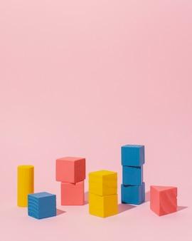 Moldura de cubos de madeira coloridos
