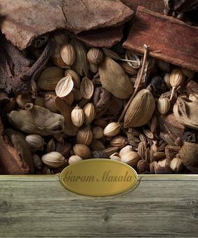 Moldura de especiarias garam masala em madeira com etiqueta dourada