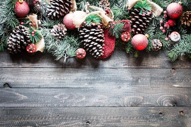 Moldura de feliz natal com pinheiros verdes e decorações de natal