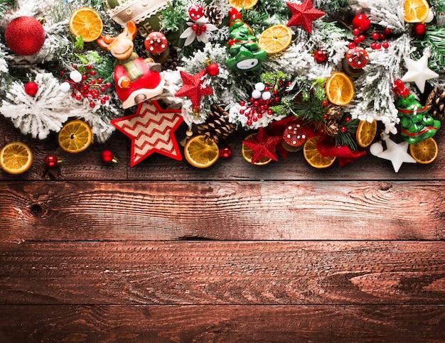 Moldura de feliz natal com pinheiros verdes e enfeites coloridos