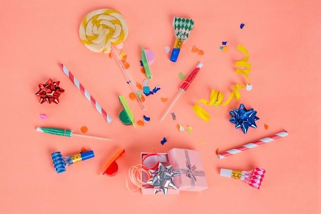 Moldura de festa colorida com objetos de aniversário