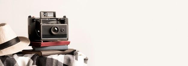 Moldura de foto de câmera antiga com cópia-espaço