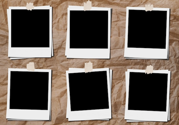 Moldura de foto de filme clássico em branco com fitas, na placa de papel amassado