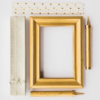 Moldura de foto entre caixa presente e estrelinhas