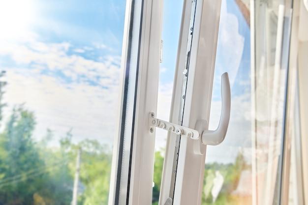 Moldura de janela de plástico aberta. instalação de janela de plástico. ventilação do apartamento pela janela. manhã ensolarada do lado de fora da janela de plástico branco.